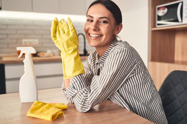 Día de casa. persona de sexo femenino alegre que mantiene una sonrisa en su rostro mientras mira directamente al frente