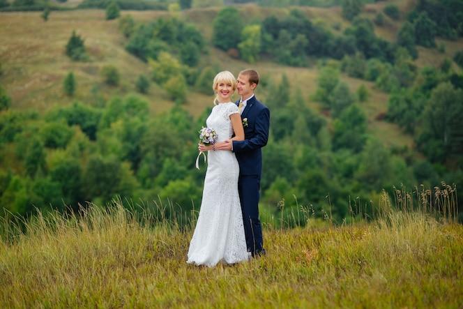 Día de la boda. novia y novio al aire libre en la ubicación de la naturaleza.