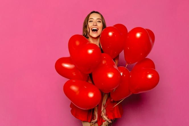 Día de san valentín. mujer joven feliz, ampliamente sonriente