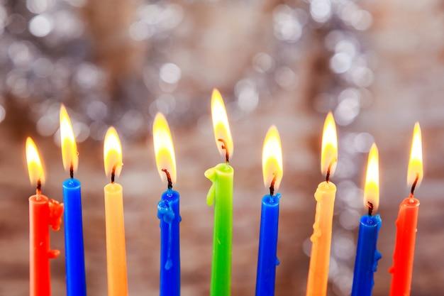 Día de fiesta judío menorah hermoso con las velas ardientes en fondo borroso luz.