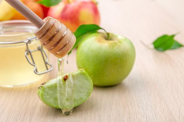 Día de fiesta judío rosh hashanah con la miel y las manzanas en la tabla de madera.
