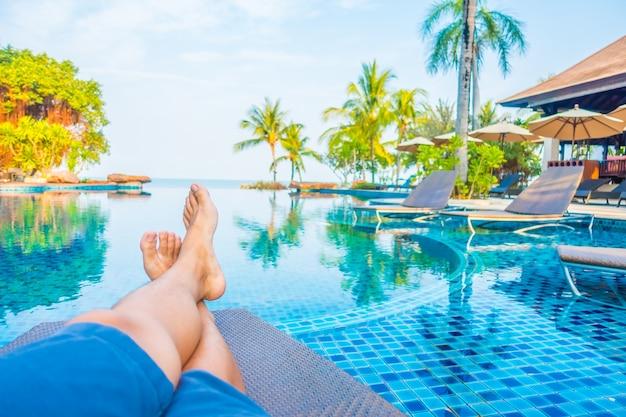 Día de fiesta junto a la piscina de natación sol del verano