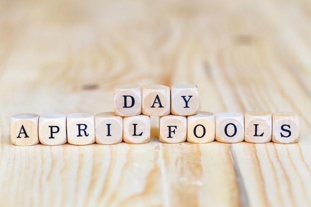 Día de los inocentes, primer plano de palabras de madera sobre la mesa