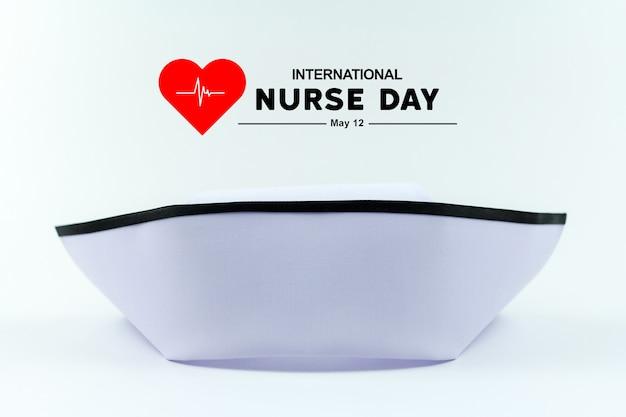 Día internacional de la enfermera. gorro de enfermería el uniforme está aislado en blanco.