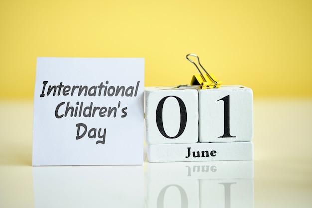Día internacional de la infancia 01, primer mes de junio concepto de calendario en bloques de madera.