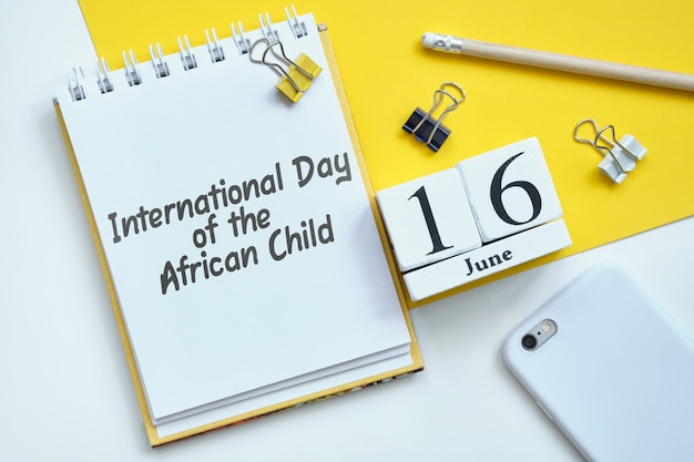 Día internacional del niño africano 16 16 de junio concepto de calendario mensual en bloques de madera.