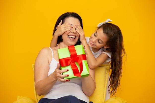 Día de la madre con caja de regalo sorpresa