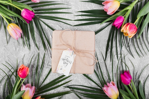 Día de la madre caja de regalo y tulipanes y palmeras.