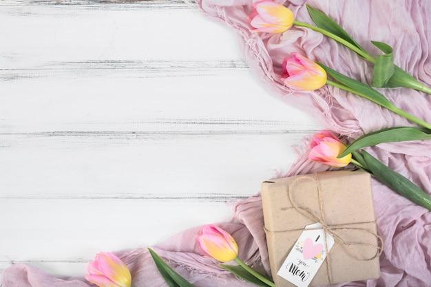 Día de la madre caja de regalo y tulipanes