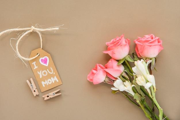 Día de la madre composición de flores y etiqueta.