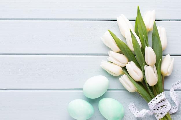 Día de la madre, día de la mujer, pascua, tulipanes blancos, regalos sobre fondo gris.
