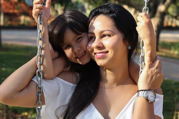Día de la madre. hermosa madre e hija jugando en el parque
