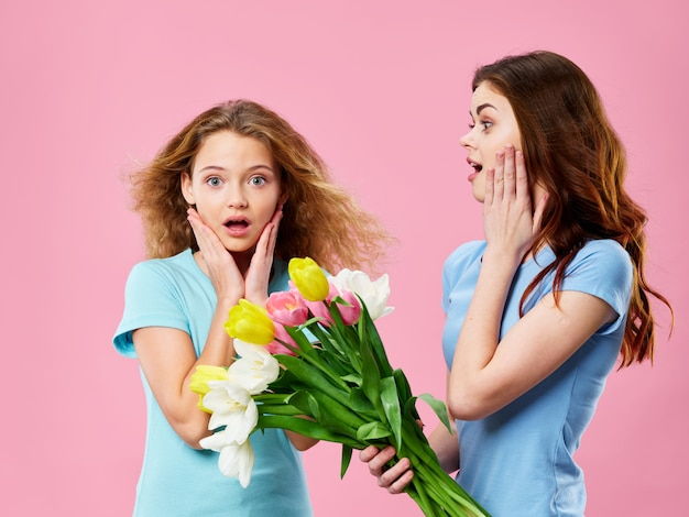 El día de la madre, una mujer joven con un niño posando con flores, un regalo para el día de la madre