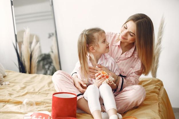 Día de la madre. niño dando regalo a la madre. madre abriendo caja de regalo con sopa.