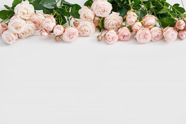 Día de la madre rosas rosadas en la pared blanca