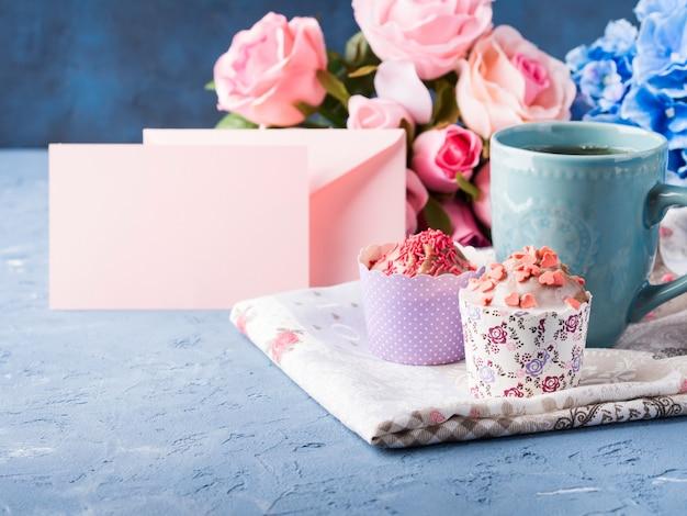 Día de la madre valentine concepto muffin taza té papel nota