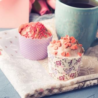 Día de la madre valentine concepto muffins taza té envolvente