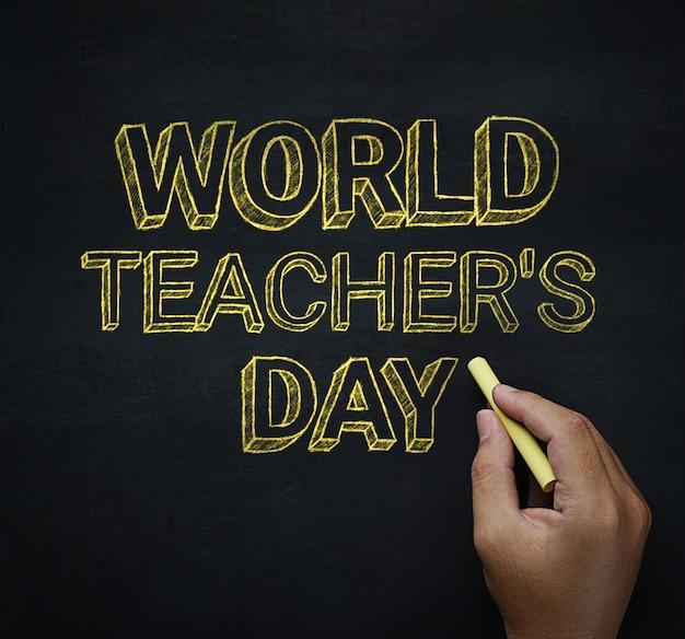 Día del maestro mundial escritura de la mano masculina en pizarra