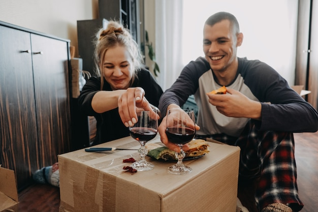 Día de mudanza, nuevo hogar, día de san valentín, desempaquetar cajas, concepto de recién casados