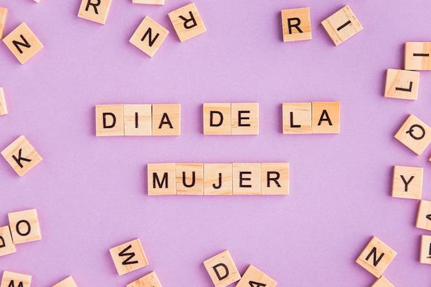 Día de la mujer escrito en español con letras de scrabble