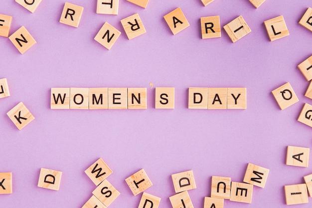 Día de la mujer escrito en letras de scrabble.