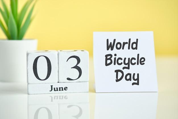 Día mundial de la bicicleta 03 tercer mes de junio concepto de calendario en bloques de madera.