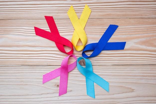 Día mundial del cáncer (4 de febrero). cintas de colores de conciencia