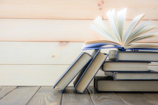 Día mundial del libro. pila de libros coloridos. antecedentes educacionales. de vuelta a la escuela. concepto de negocio de educación.