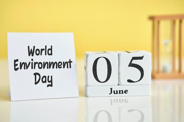 Día mundial del medio ambiente 05 quinto de junio mes calendario concepto en bloques de madera.