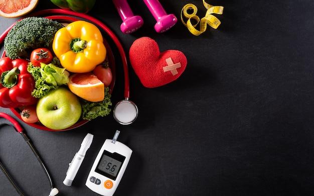 Día mundial de la salud y concepto médico. vista superior de comida sana en plato con estetoscopio