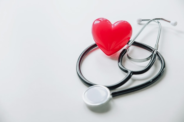 Día mundial de la salud. corazón rojo con estetoscopio en blanco