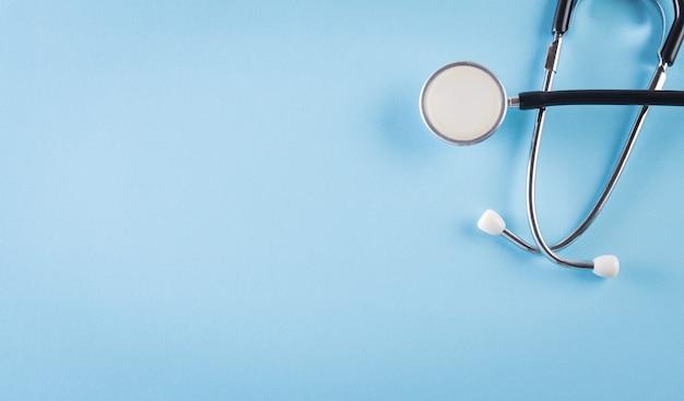 Día mundial de la salud. estetoscopio en azul pastel con espacio para copiar texto.