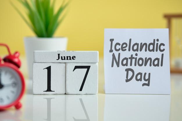 Día nacional islandés 17 17 de junio concepto de calendario del mes en bloques de madera.