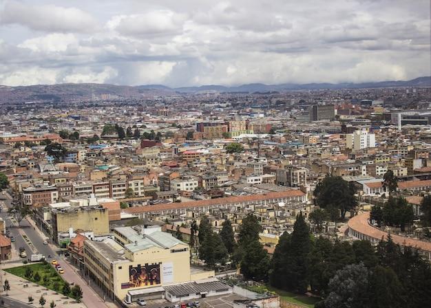 Un día nublado en la ciudad de bogotá, colombia.