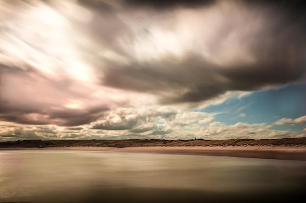 Día nublado en el mar