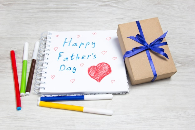 Dia del padre. dibujo y regalo infantil. caja regalo, dibujo y rotuladores de colores.