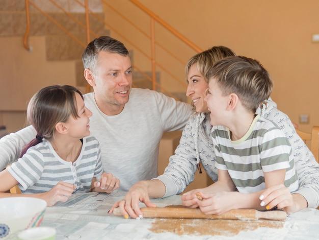 Día del padre con la familia en la mesa