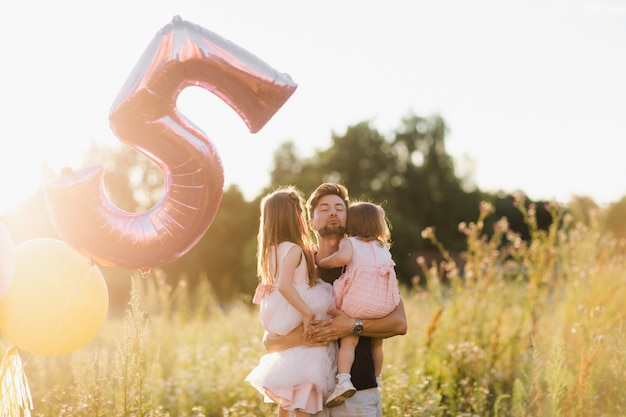 Dia del padre. hija de familia feliz abraza a su padre en vacaciones