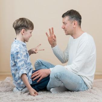Día del padre padre e hijo jugando piedra papel o tijera