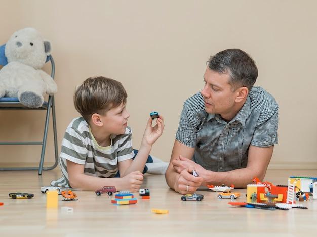 Día del padre, padre e hijo jugando vista frontal