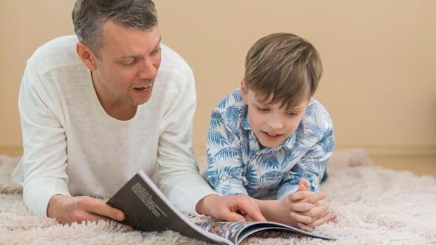 Día del padre padre e hijo leyendo juntos