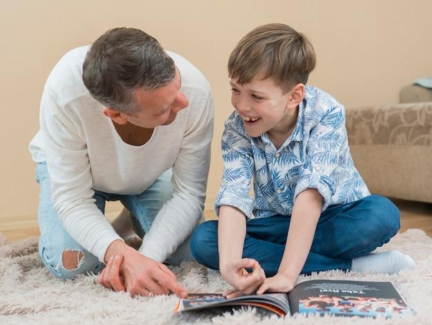 Día del padre padre e hijo leyendo un libro