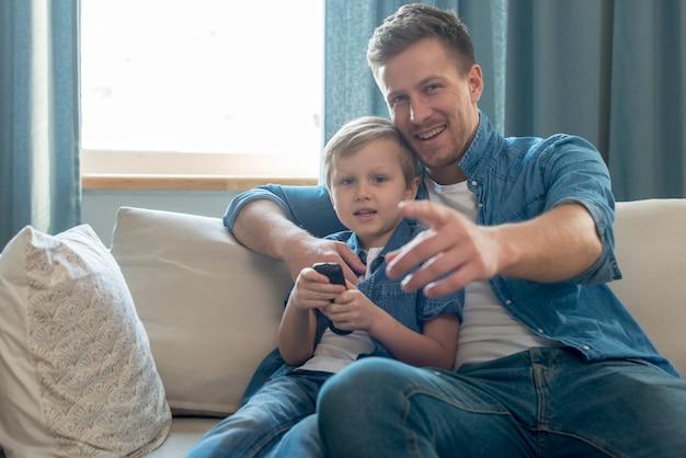 Día del padre papá e hijo viendo la televisión