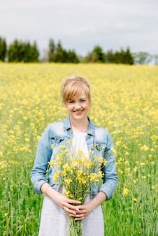Día primaveral. mujer feliz. soleado día de verano libertad y sueño enamorado y tímido gentil