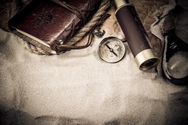 Día de la raza. piratas y tesoros con mapamundi y equipo de descubrimiento.