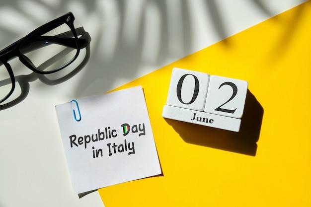 Día de la república en italia 02 segundo mes de junio concepto de calendario en bloques de madera.