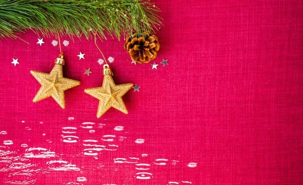 El día rojo de navidad en la imagen de fondo y las estrellas doradas en el fondo tienen espacios para texto para el año nuevo o feliz navidad.