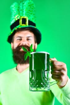 Día de san patricio barbudo con sombrero de duende trébol en cerveza duende barbudo feliz irlandés
