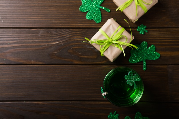 El día de san patricio green beer pinta, decorado con hojas de trébol. fiesta del pub patrick day, celebrando.