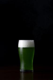 El día de san patricio - jarra de vidrio de cerveza verde